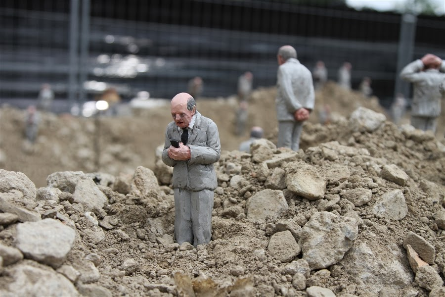 ©Isaac Cordal - Follow the leaders