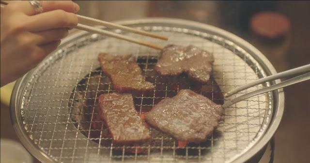 vemos carne a la parrilla, también los palillos con los que la sobrina del protagonista intenta pillar la carne y tambien se ven las pinzas alargadas con las que dar la vuelta a la carne