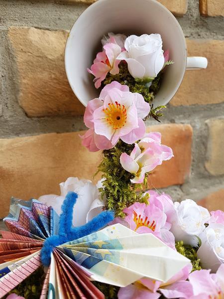 schwebende Tasse als Geburtstagsgeschenk