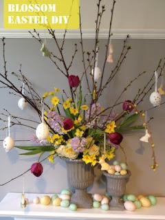 albero di pasqua con decorazione di uova vere e fiori