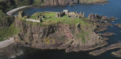 Sejarah Skotlandia  Sebelum berakhirnya zaman es, Skotlandia adalah daerah yang tertutup es. Menurut sejarah, pemburu-pengumpul tiba di sana pada tahun 11,000 SM. Tempat tinggal permanen pertama di sana dibangun pada tahun 7,500 SM. Lalu, pertanian neolitikum muncul pada tahun 4,000 SM, buktinya berada di Skara Brae, yang berada di Kepulauan Orkney. Ada lagi bukti sejarah purbakala di sana, yaitu Batu Tegak Callanish, yang ada Western Isles (Kepulauan Barat). Pada zaman Romawi, sebuah tembok besar bernama Tembok Hadrian pada abad ke-2 yang merupakan batas utara Kekaisaran Romawi.  Pada abad ke-4, Kerajaan Pictish mulai berdiri, lalu pada abad ke-6, proses kristenisasi Skotlandia dimulai oleh seorang misionaris bernama Santo Columba, yang membangun gereja di Pulau Iona. Pada abad ke-8, datanglah bangsa Viking ke kepulauan Orkney, Shetland dan Western Isles. Lalu kerajaan Pictish berganti nama pada abad ke-9, menjadi Kerajaan Alba. Pada abad ke-12, raja-raja Alba menganeksasi sebuah wilayah yang dihuni oleh Bangsa Viking (Caithness). Pada akhir abad ke 13, kerajaan Inggris mulai menjajah Skotlandia, lalu terjadi Perang Kemerdekaan, lalu kemerdekaan de facto dideklarasikan pada tanggal 24 Juni 1314, lalu Kerajaan Alba menang perang pada tahun 1328. Tak lama kemudian, perang kemerdekaan terjadi kembali,