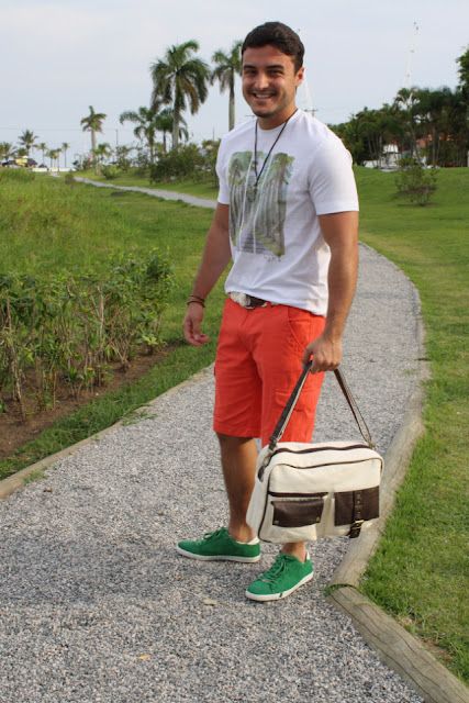 look masculino com bermuda laranja e sapato verde (1)