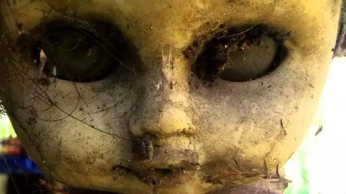 H τρομακτική ιστορία του νησιού με τις κρεμασμένες κούκλες!(photos)