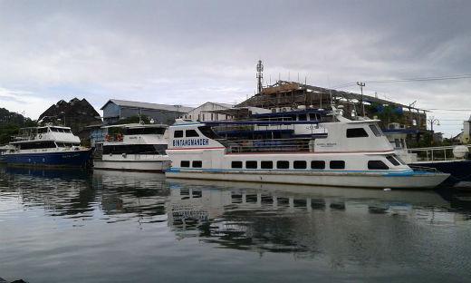 kapal pesiar di pelabuhan muara padang