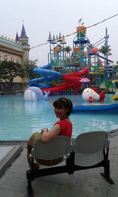 Kolam renang di Atlantis Land, Surabaya