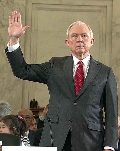 Jeff Sessions teria mentido em seu juramento para esconder seus contatos com o chefe da espionagem russa nos EUA