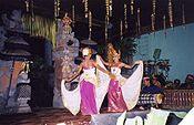 Penari belia sedang menarikan Tari Belibis, koreografi kontemporer karya Ni Luh Suasthi Bandem. gambar wisataarea.com