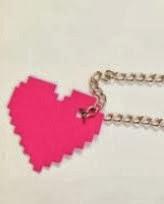 http://un-mundo-manualidades.blogspot.com.es/2013/01/colgante-corazon-pixeleado-regalos-para.html