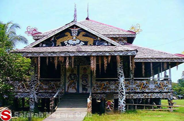 Gambar Rumah adat berukir Kalimantan Utara