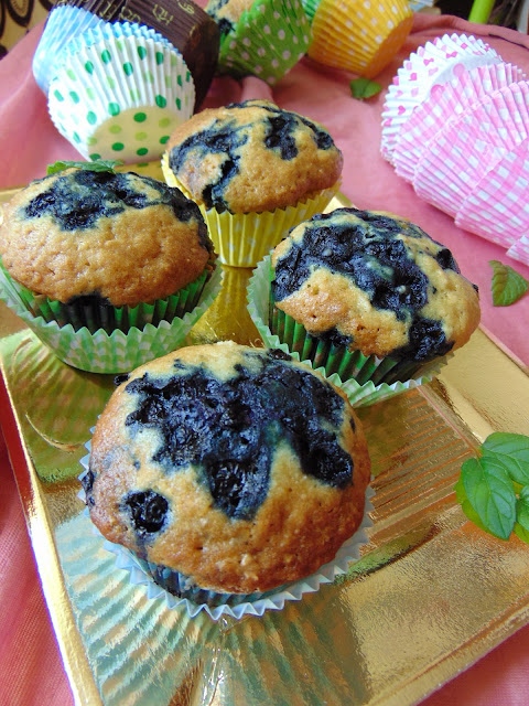 Muffiny z płatkami owsianymi i jagodami.