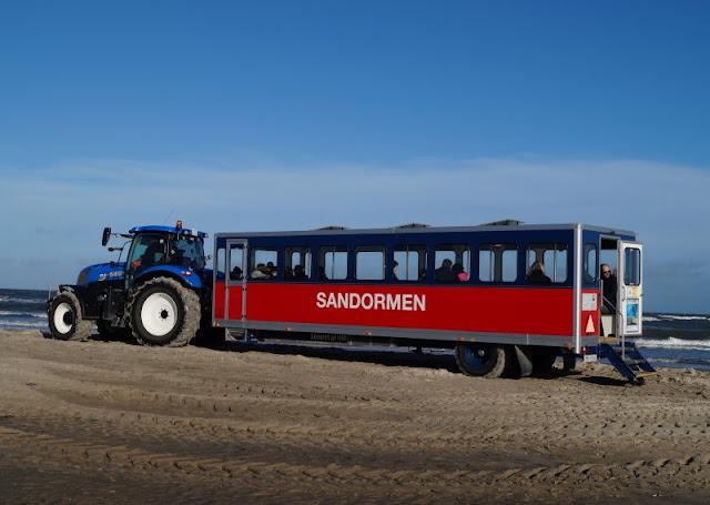 Tipps für einen Tag rund um Skagen. Teil 1: Råbjerg Mile und Grenen. Eine Tour mit Sandormen, dem Traktorbus, zur Landzunge Grenen ist ein Abenteuer, besonders mit Kindern!