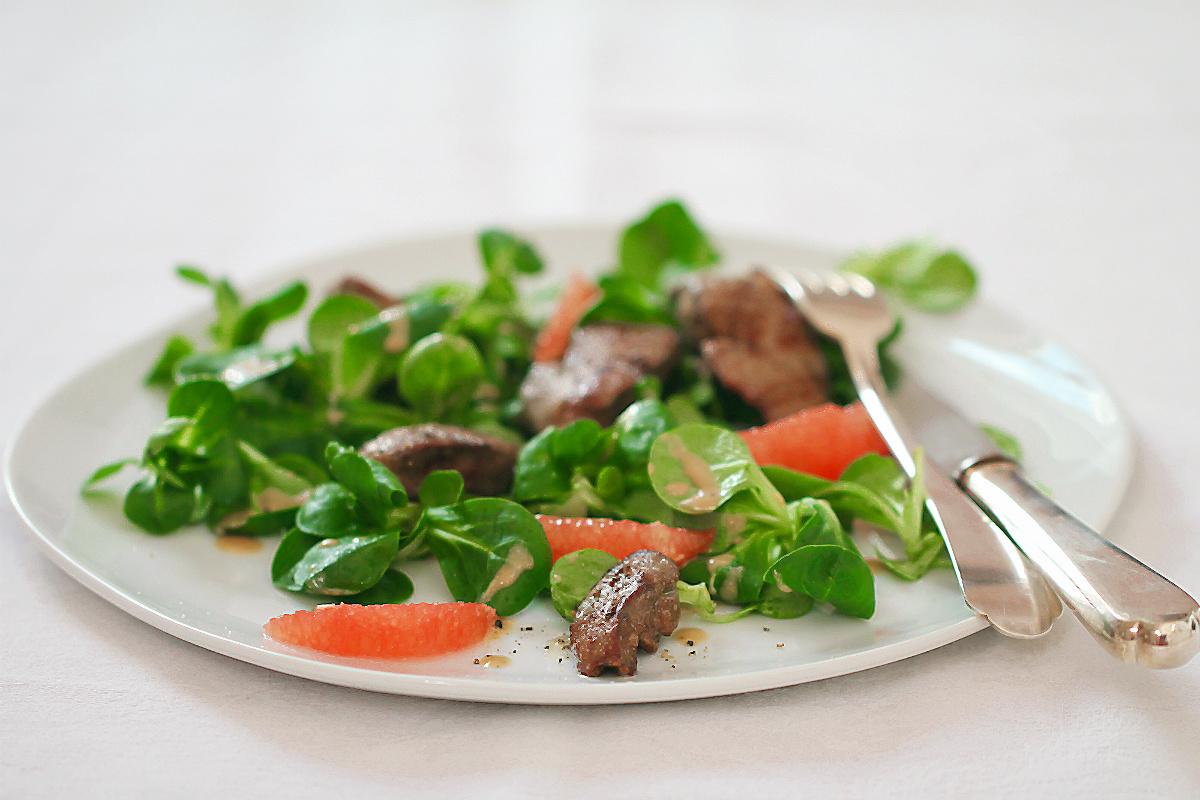 Gebratene Hähnchenleber/Geflügelleber auf Feldsalat mit Kartoffeldressing und Pink Grapefruit | Arthurs Tochter kocht. von Astrid Paul