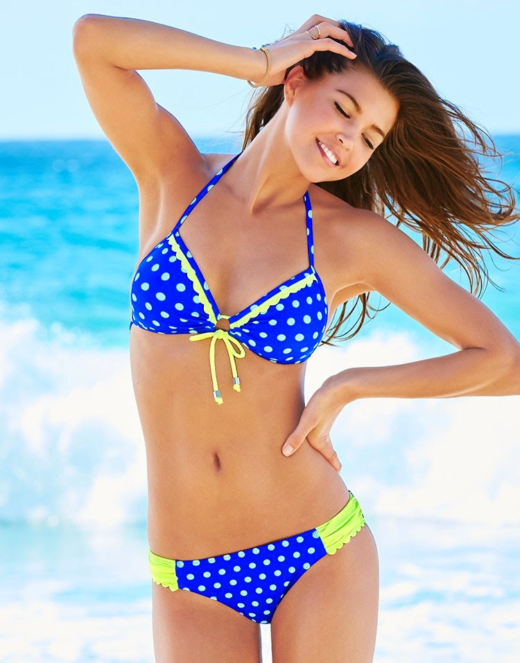 Polka Dot Bikini is reminiscent of the classic double wedding ring pattern made in a brand new way. The piecing involves basic curves, with no foundation (paper) piecing, no tricky bias arcs or Y seams.