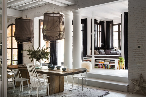 salon mesa madera estilo nordico decoracion nordica lamparas lino blanco alfombra interiorismo barcelona alquimia deco