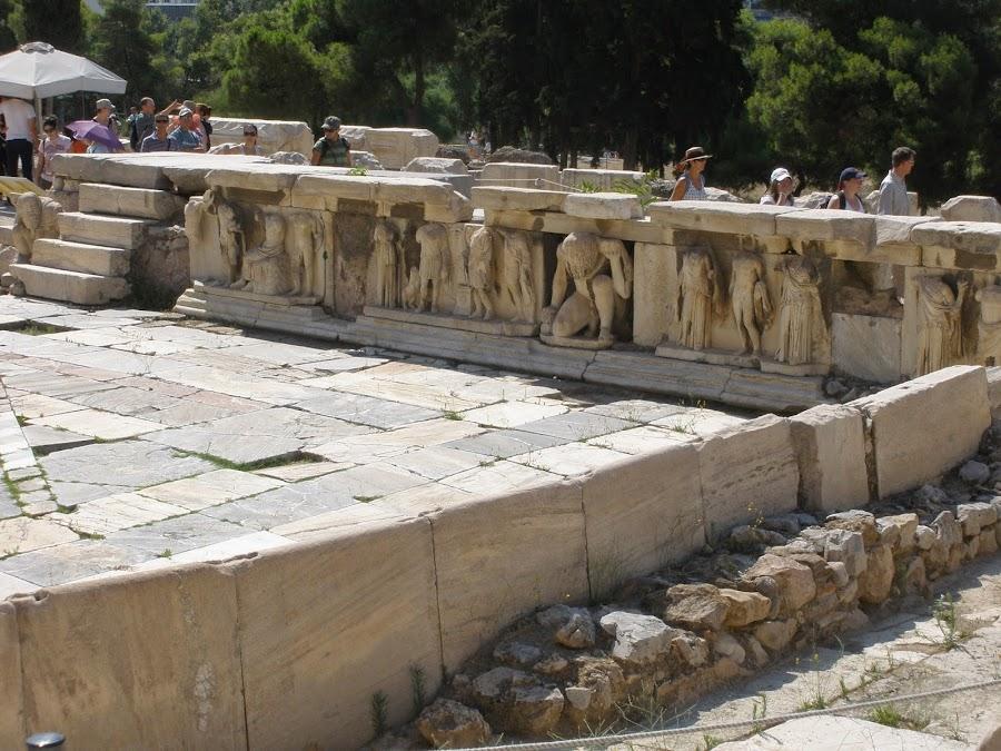 Figuras de mármol del Teatro de Dioniso.