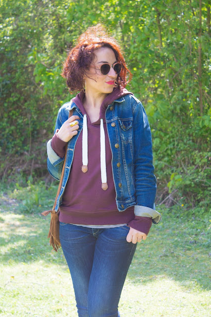 Un look casual en denim et bordeaux 💕