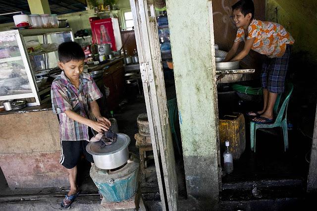 အိခ်ယ္ရီေအာင္ (Myanmar Now) ● အားနည္းေသာဥပေဒ၊ ဆင္းရဲမြဲေတမႈတို႔ေၾကာင့္ ကေလးလုပ္သားမ်ား ႏိွပ္စက္ခံေနရ