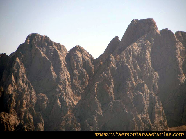 Ruta Ercina, Verdilluenga, Punta Gregoriana, Cabrones: Vista desde la Verdilluenga del Torrecerredo y Cabrones