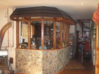 Konstrukcja baru z drewnianym daszkiem
