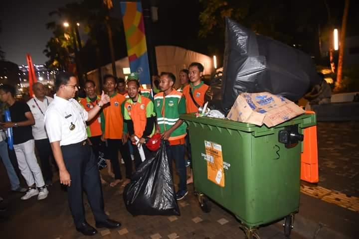 Anies Membersihkan Sampah