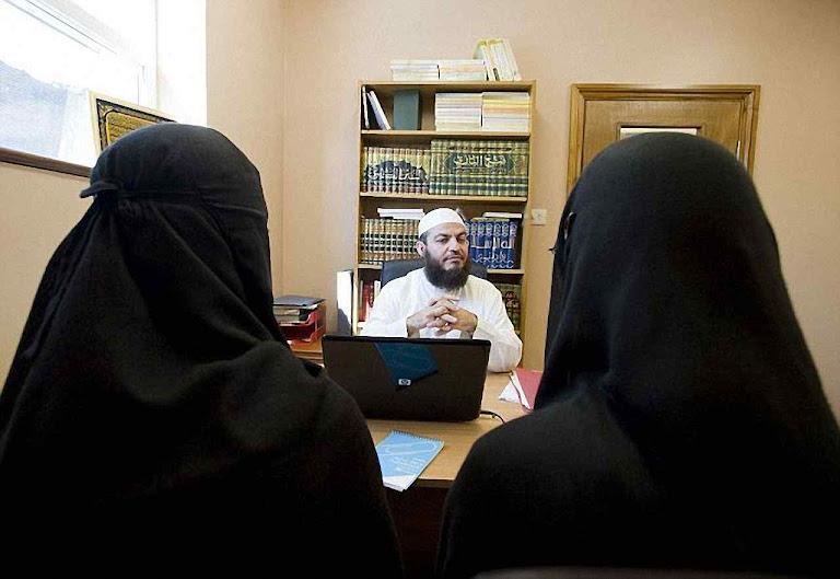 Os tribunais islâmicos agem por fora da lei, amparados por normas legais inglesas