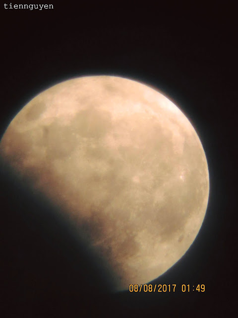 Mặt Trăng đang dần thoát khỏi vùng bóng tối của Trái Đất. Hình ảnh: Tien Nguyen.