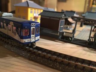 ミニチュアの駅と線路の上を走る電車