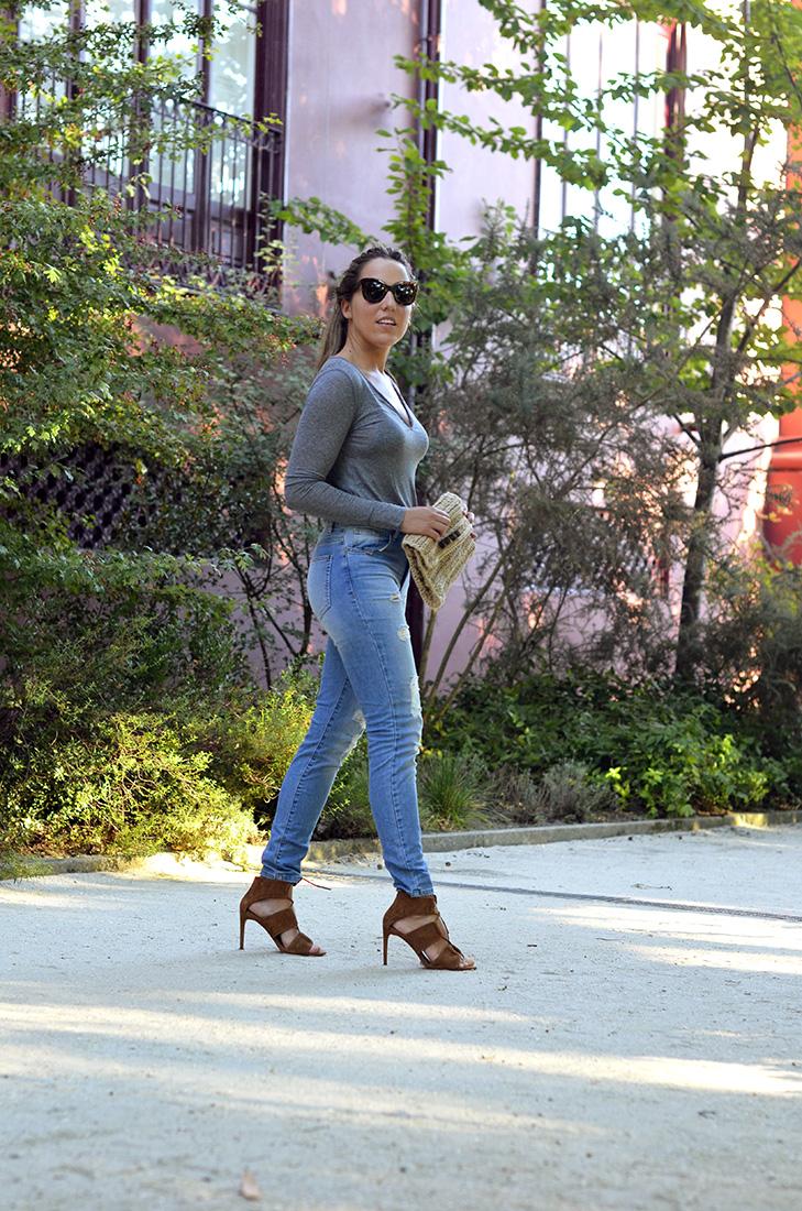 Streetstyle - Casual look wearing ripped jeans, leather zara heels, céline sunglasses, grey tee