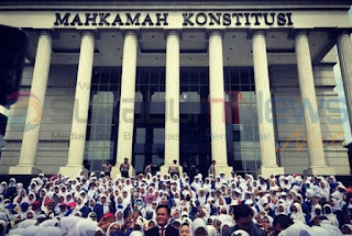 Yusril Ihza Mahendra di tengah Ribuan Guru di Depan Gedung Mahkamah Konstitusi dalam rangka membela ribuan Guru Paud Non Formal yang didiskriminasi oleh UU Guru dan Dosen, Kamis (14/3/2019).