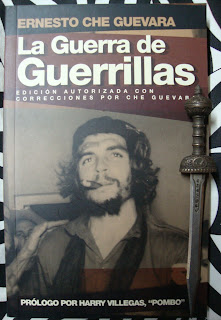 Portada del libro La guerra de guerrillas, de Ernesto Che Guevara