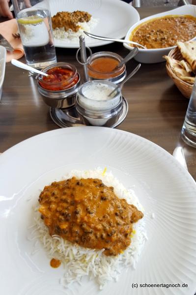 Linsen-Dal mit schwarzen Linsen, Curry und Reis