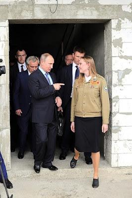 Vladimir Putin visited theconstruction site ofasecondary school aspart ofhis working trip toBelgorod Region, andmet with members ofastudent construction brigade.