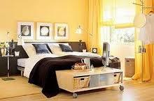 Cuarto amarillo marrón