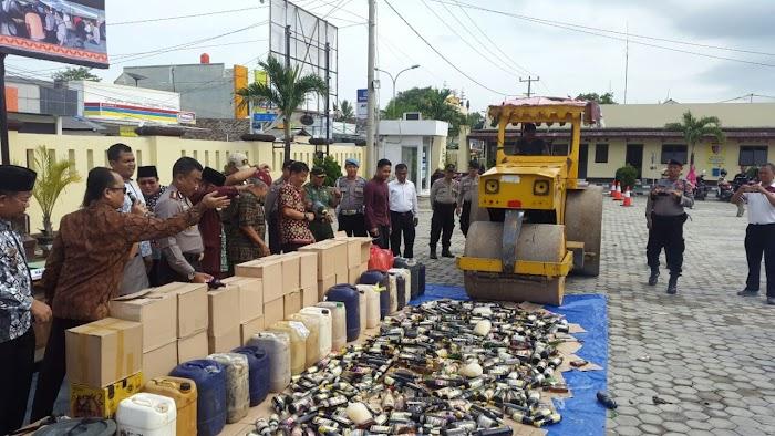 Polres Memusnahkan Ribuan Botol Miras Dari Berbagai Merk/Jenis Di Lapangan Mapolres Lampung Selatan