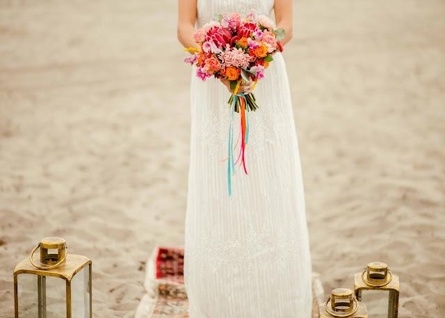 Bukiet ślubny w soczystych, mocnych kolorach.