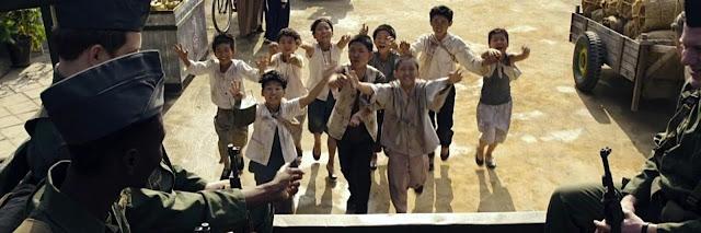 Niños coreanos pidiendo comida a soldados estadounidenses