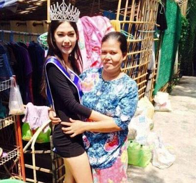 Khanitta Phasaeng sedang memeluk sang ibu