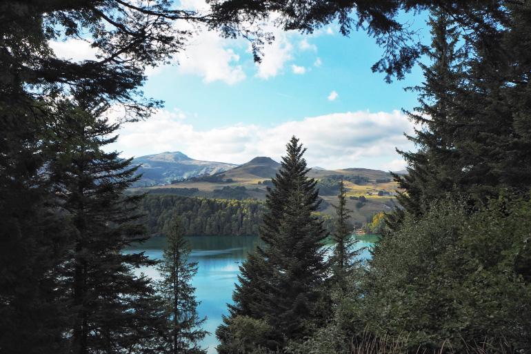 Se promener autour du lac Pavin dans le massif du Sancy