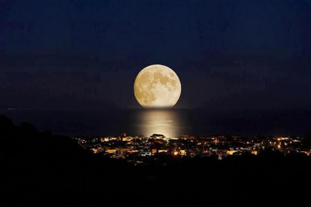 Fenômeno da super Lua no horizonte