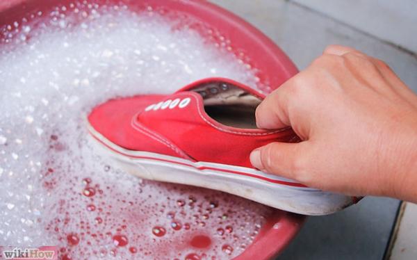 mencuci sepatu memakai sabun cuci piring cair sunlight