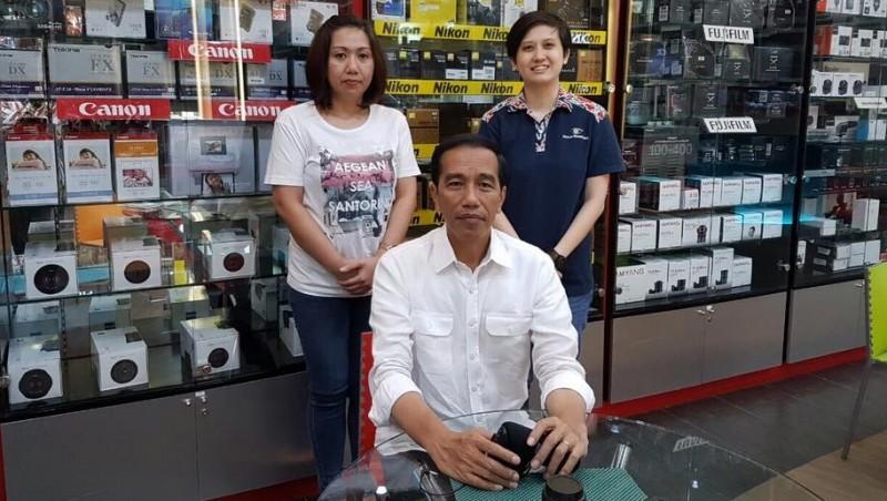 Jokowi berfoto dengan warga di Toko Fokus Nusantara