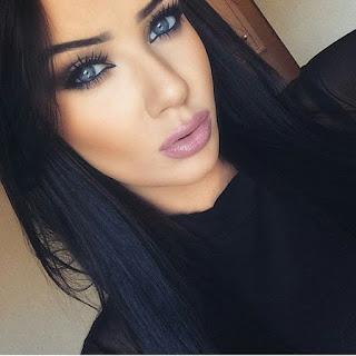ทาปากด้วย Mauve Lipstick