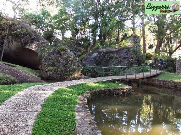 Caminhos de pedra com pedregulho do rio para caminhar no parque no Atibaia Clube da Montanha com a construção do lago e dos muros de pedra rústica.