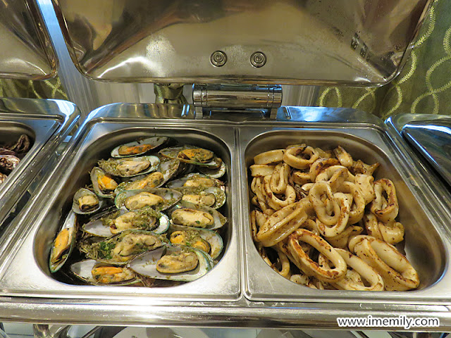 Baked green mussels and sotong