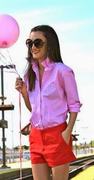 Calções vermelhos, camisa rosa