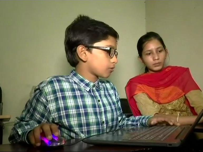 This 11-year-old boy Mohammed Hassan Ali teaches different courses to Engineers - FoxSplit