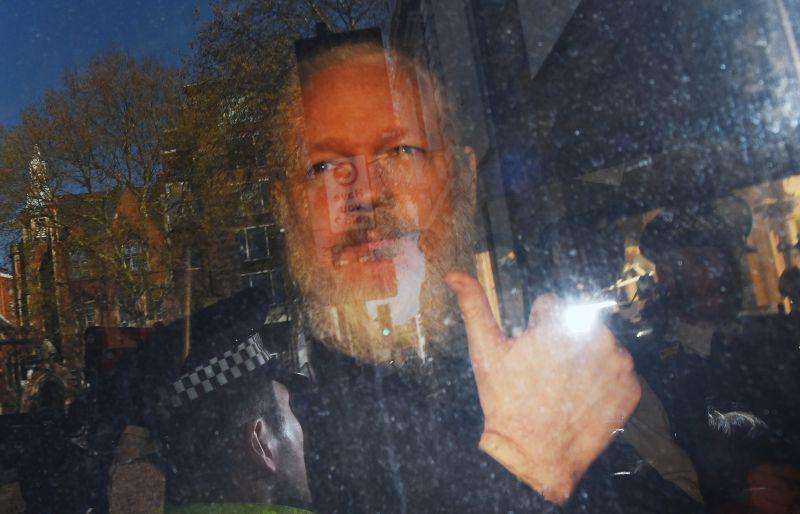 O fundador do WikiLeaks, Julian Assange, foi preso pela polícia britânica na manhã de quinta-feira (11) na embaixada do Equador, em Londres, no Reino Unido,