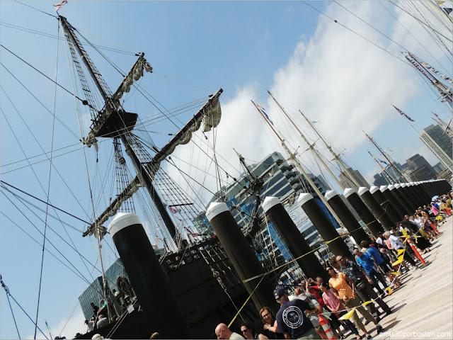 Fan Pier en el Puerto de Boston: Colas en El Galeón Andalucía