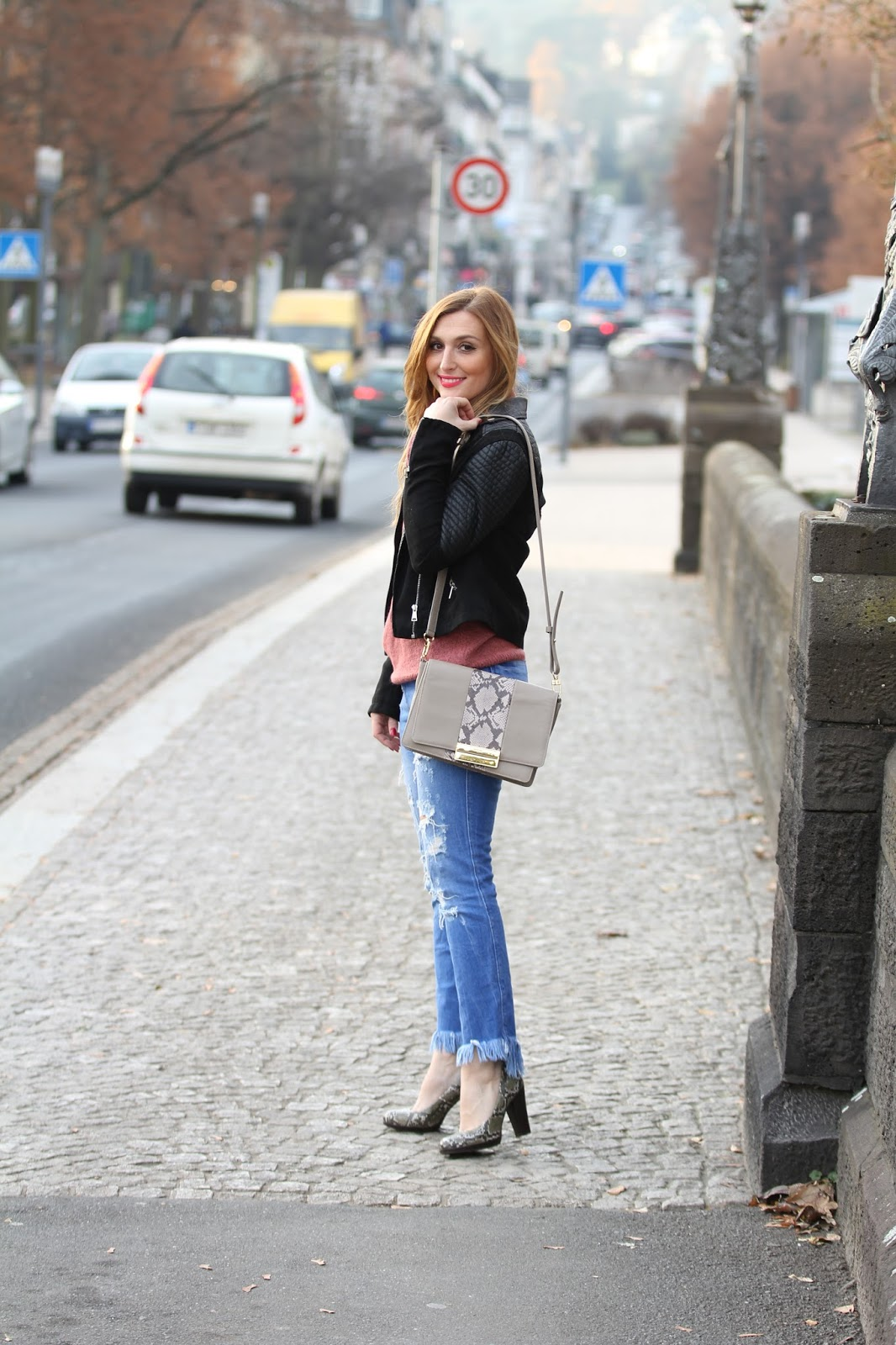 Fashionstylebyjohanna-undone-Look-Ripped-Jeans-Lederjacke-winter-winterfashion-streetsylefashion.