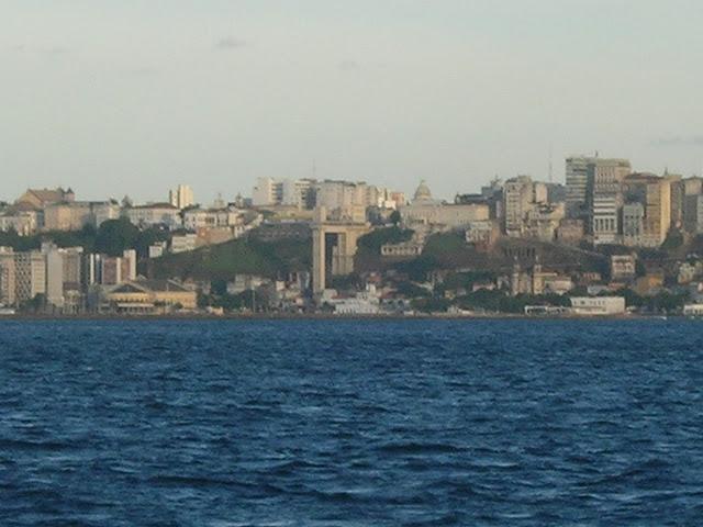 Vista do barco para o Elevador Lacerda e a Cidade Baixa em Salvador - Ilha de Itaparica - Bahia - Brasil